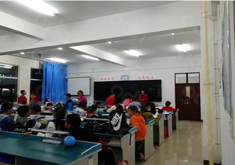 赤峰二中国际实验学校智慧教室互动黑板应用案例